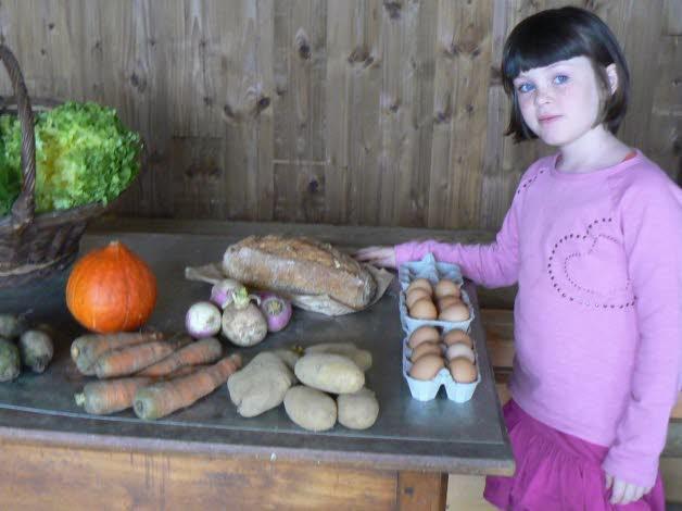 Zoé, « amapienne » depuis le début avec sa famille, apprécie les légumes bios de Villemotier.